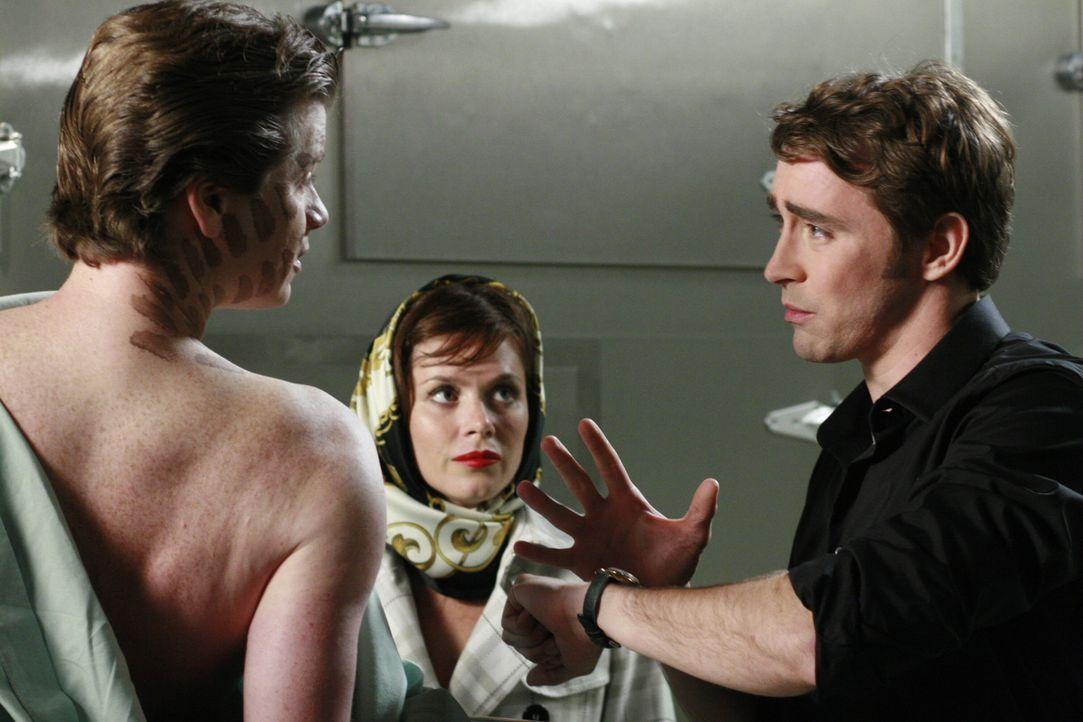 Chuck (Anna Friel, l.) und Ned (Lee Pace r.) können es nicht glauben: Bernard (Jonathan Mangum, vorne) erklärt ihnen, dass ein Dummy für seinen Tod... - Bildquelle: Warner Brothers