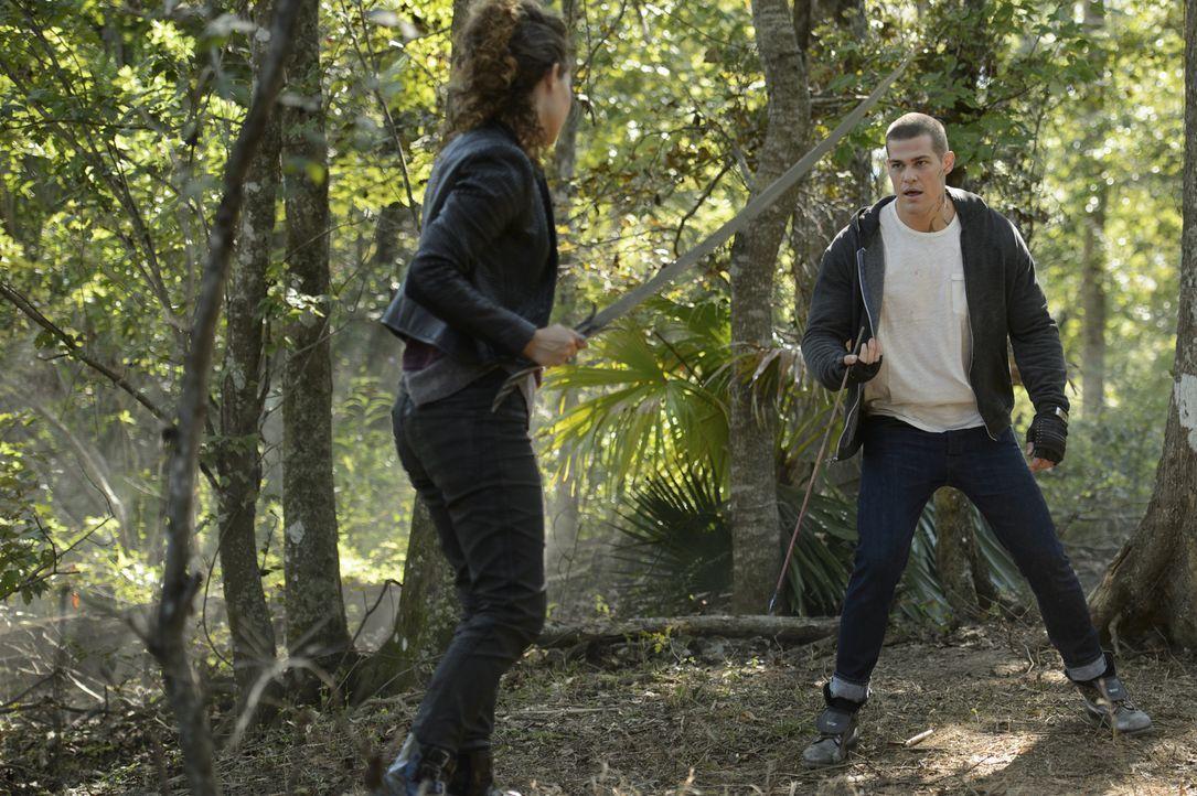Nachdem Drake (Greg Finley, r.) den Code der Tregs gebrochen hat, muss er einen Weg finden, um Zoe (Dora Madison, l.) davon abzuhalten ihn zu verrat... - Bildquelle: 2014 The CW Network, LLC. All rights reserved.