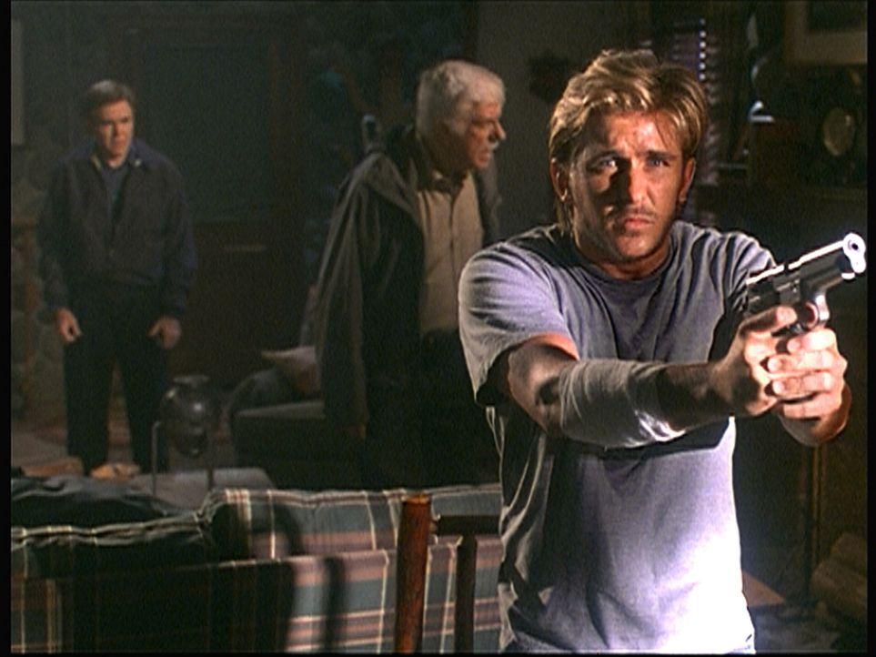 Jesse (Charlie Schlatter, r.), der völlig verwirrt ist, weiß nicht mehr, wem er trauen soll: Mark (Dick Van Dyke, M.) oder dem Schattenmann (Walter... - Bildquelle: Viacom