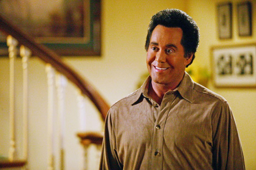 Der berühmte Wayne Newton (Wayne Newton) taucht überraschend bei den Camdens auf, um Grüße von Martins Vater zu bestellen ... - Bildquelle: The WB Television Network