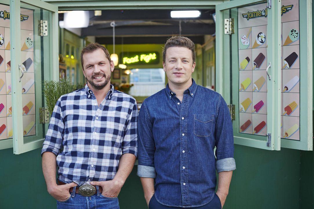 (3. Staffel) - Während Jamie Oliver (r.) mit Hilfe der bewährten Küchenutensilien spektakuläre Gerichte Zaubert, testet Jimmy Doherty (l.) gerne die...