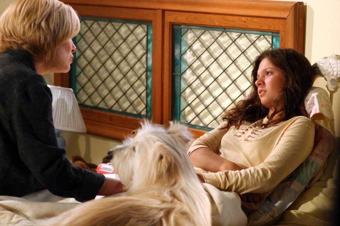 Annie (Catherine Hicks, l.) merkt sofort, dass Ruthie (Mackenzie Rosman, r.) etwas auf dem Herzen hat ... - Bildquelle: The WB Television Network