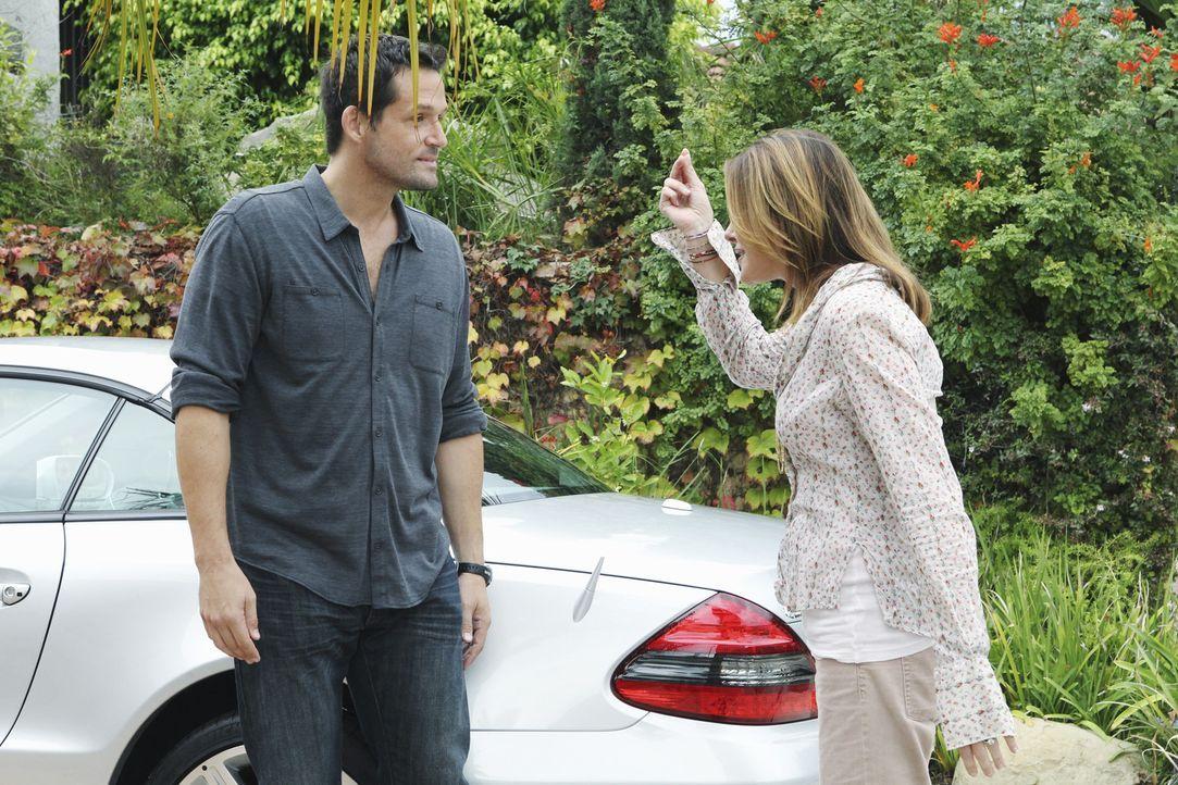Grayson (Josh Hopkins, l.) ist äußerst irritiert, dass sich neuerdings die ganze Gang immer bei ihm im Hause trifft. Er bittet Ellie (Christa Mill... - Bildquelle: 2010 ABC INC.