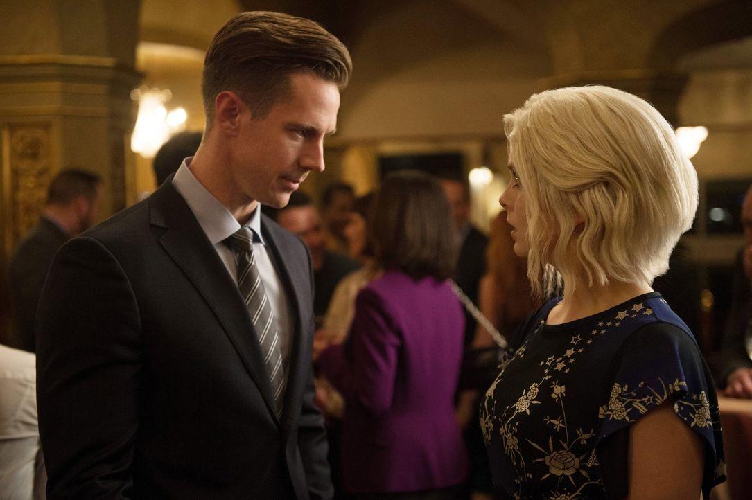 Gleich bei ihrer ersten Begegnung macht Chase Graves (Jason Dohring, l.) Liv (Rose McIver, r.) klar, wie wichtig ihm die Aufklärung der Zombie-Morde... - Bildquelle: 2017 Warner Brothers