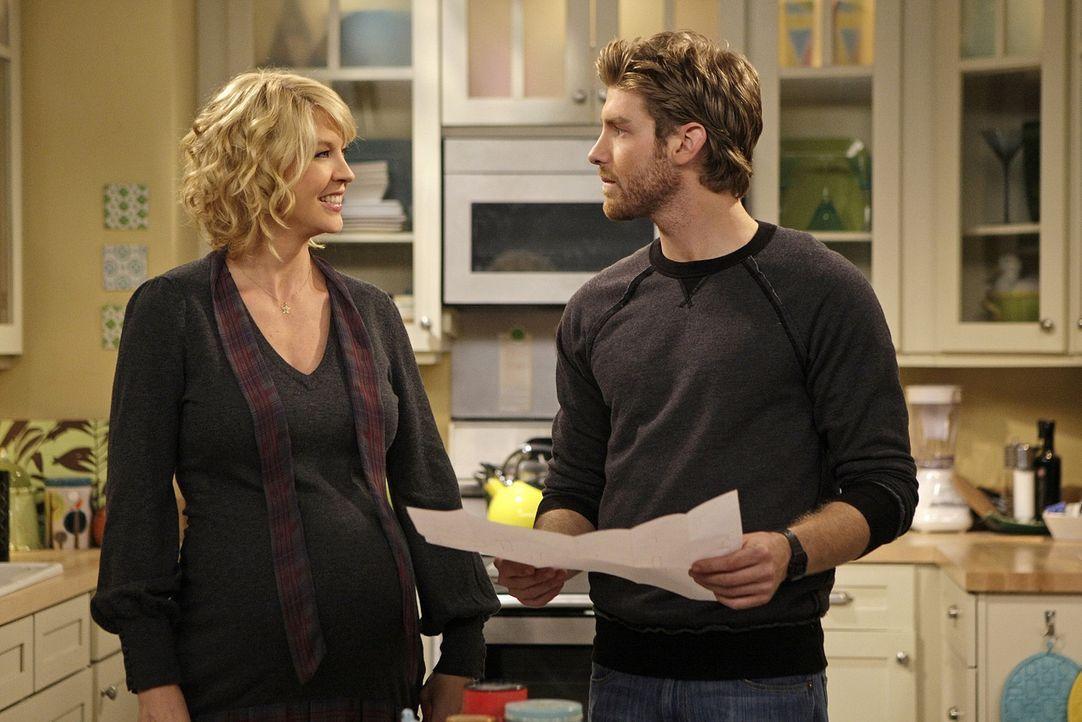 Billie (Jenna Elfman, l.) hofft, dass Zack (Jon Foster, r.) endlich das Kinderbettchen aufbaut, das schon eine Weile verpackt im Wohnzimmer herumste... - Bildquelle: 2009 CBS Broadcasting Inc. All Rights Reserved