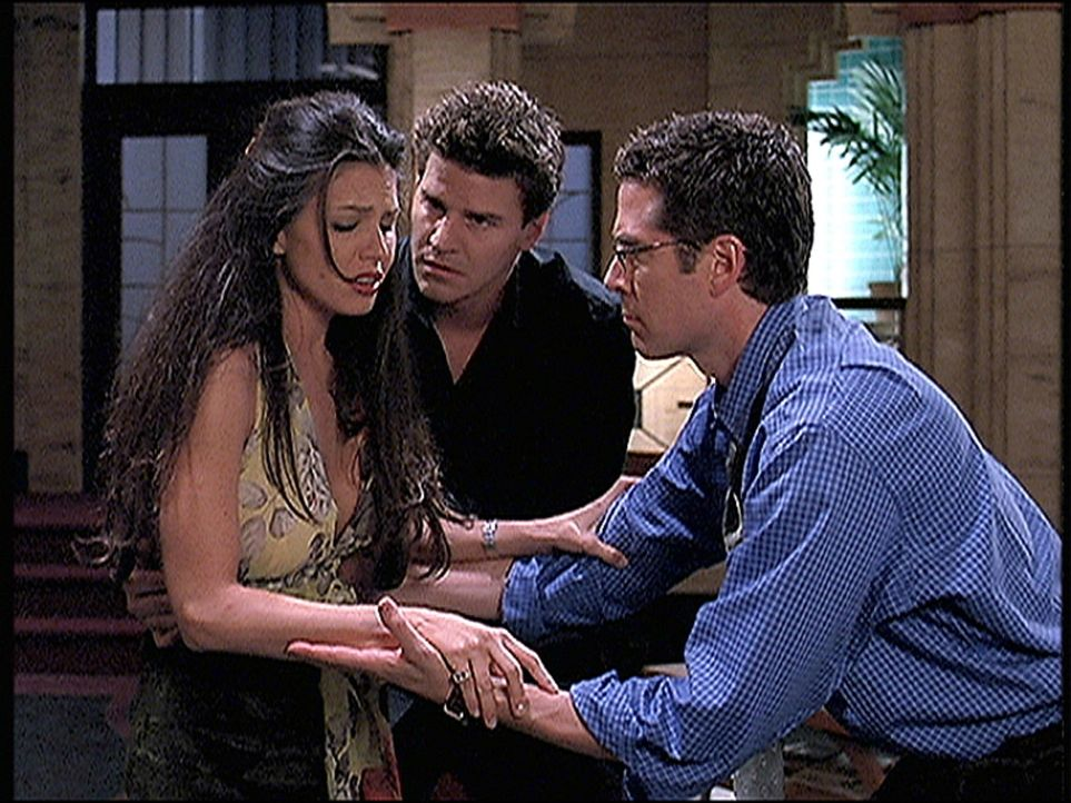 Cordelia (Charisma Carpenter, l.) hat wieder eine Vision und hält damit Angel (David Boreanaz, M.) und Wesley (Alexis Denisof) in Atem. - Bildquelle: TM +   2000 Twentieth Century Fox Film Corporation. All Rights Reserved.