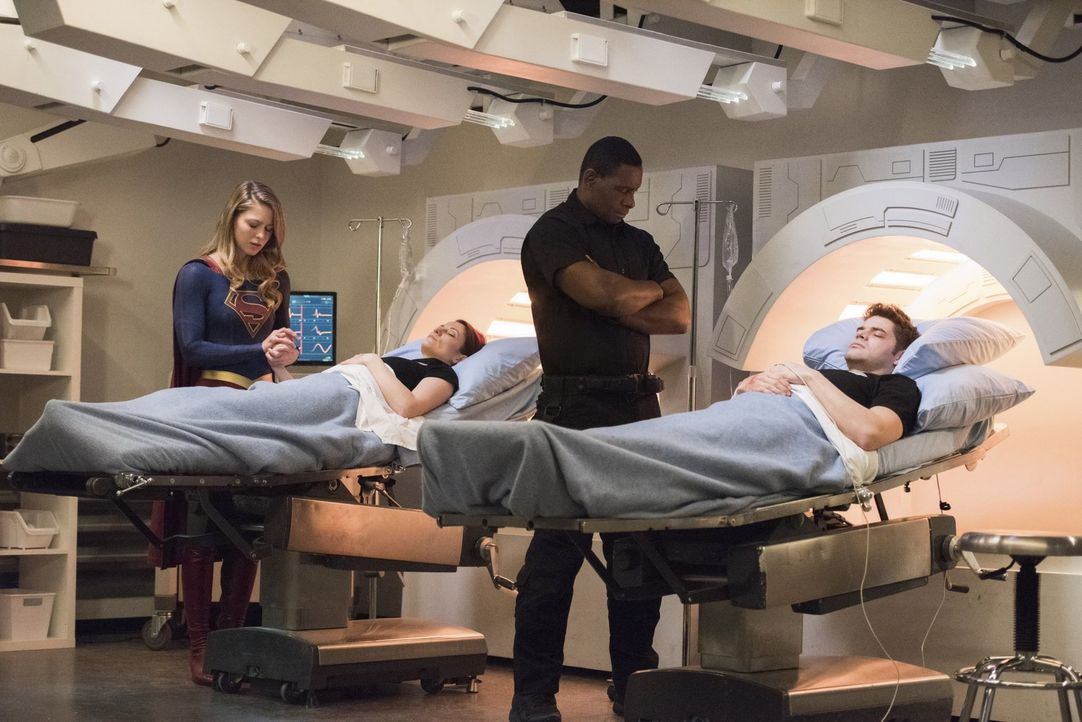 Gelingt es Kara alias Supergirl (Melissa Benoist, l.) und J'onn (David Harewood, 2.v.r.), Alex (Chyler Leight, 2.v.l.) und Winn (Jeremy Jordan, r.)... - Bildquelle: 2017 Warner Bros.