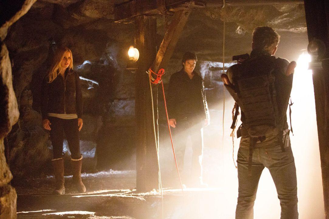 Dass sie nicht die einzigen sind, die auf der Suche nach dem Elixier sind, ist Damon (Ian Somerhalder, M.) und Rebekah (Claire Holt, l.) klar. Dass... - Bildquelle: Warner Brothers