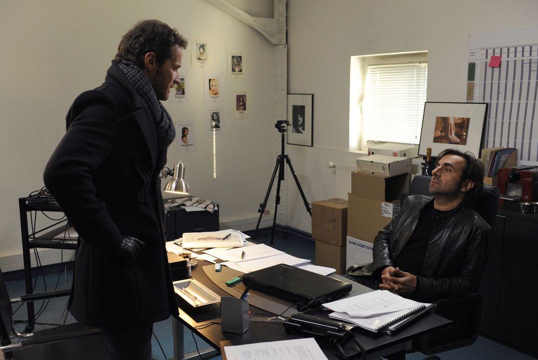 Sein neuster Fall führt Matthieu (Guillaume Cramoisan, l.) zu Henri Salince (André Manoukian, r.). Hat dieser etwas mit dem Mord an einer jungen Sch... - Bildquelle: 2008 - Beaubourg Audiovisuel/BeFilms/RTBF (Télévision Belge)