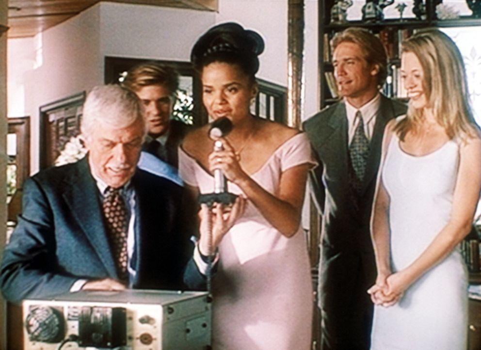 Mark (Dick Van Dyke, l.) stellt eine Funkverbindung her zu dem Ehemann von Amanda (Victoria Rowell, M.), der auf einem Flugzeugträger stationiert i... - Bildquelle: Viacom