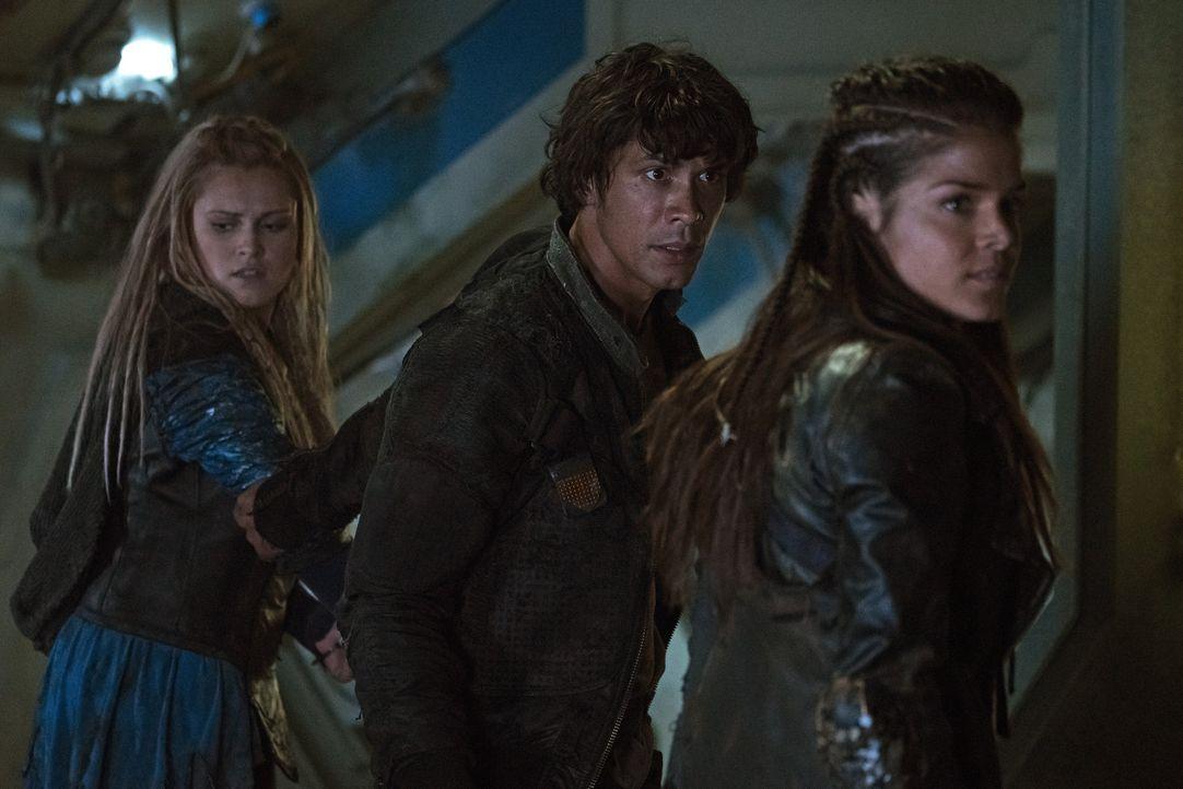 Gelingt es Clarke (Eliza Taylor, l.) und Octavia (Marie Avgeropoulos, r.), Bellamy (Bob Morley, M.) davon zu überzeugen, das sein Krieg der falsche... - Bildquelle: 2014 Warner Brothers