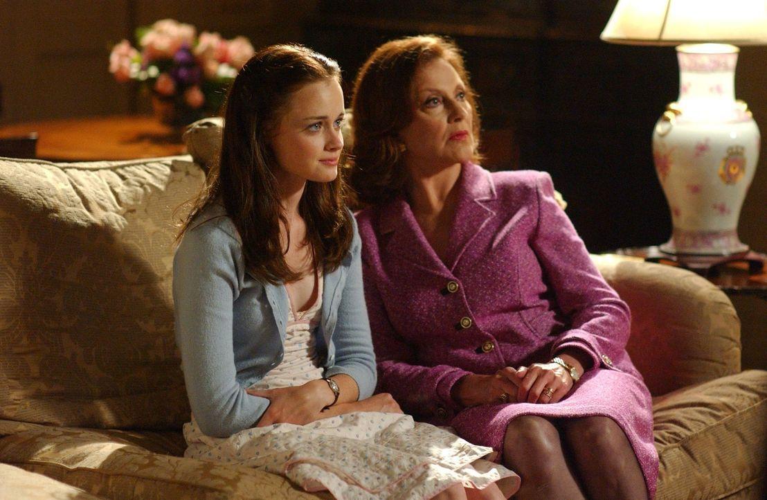Zurück in Stars Hollow stattet Rory (Alexis Bledel, l.) ihrer Großmutter Emily (Kelly Bishop, r.) einen Besuch ab, während Lorelai von Lukes Eheprob... - Bildquelle: 2003 Warner Bros.