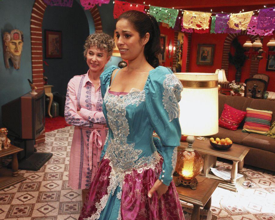 Auch Tante Mirta (Rita Moreno, l.) gefällt Hildas (Ana Ortiz, r.) Verwandlung ... - Bildquelle: Buena Vista International Television