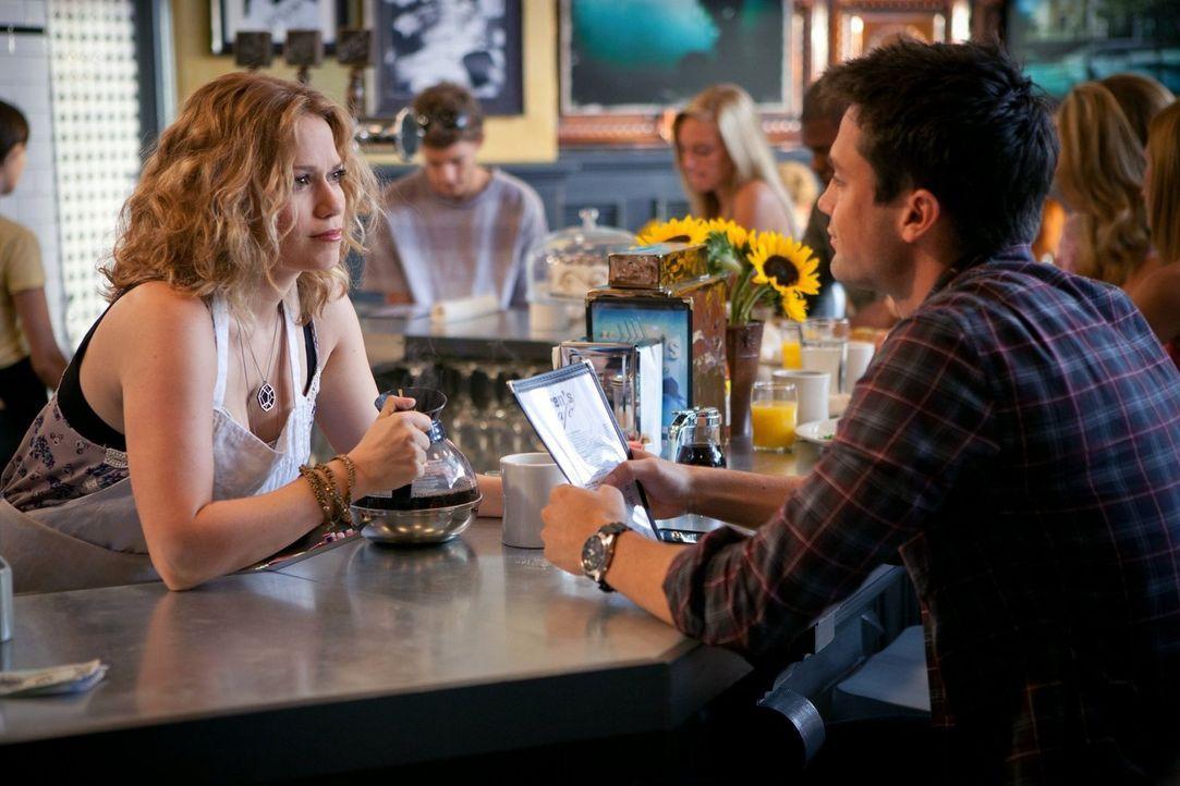 Chase (Stephen Colletti, r.) ist wegen Alex vollkommen niedergeschlagen und hat seit Tagen nichts gegessen. Haley (Bethany Joy Galeotti, l.) versuch... - Bildquelle: Warner Bros. Pictures