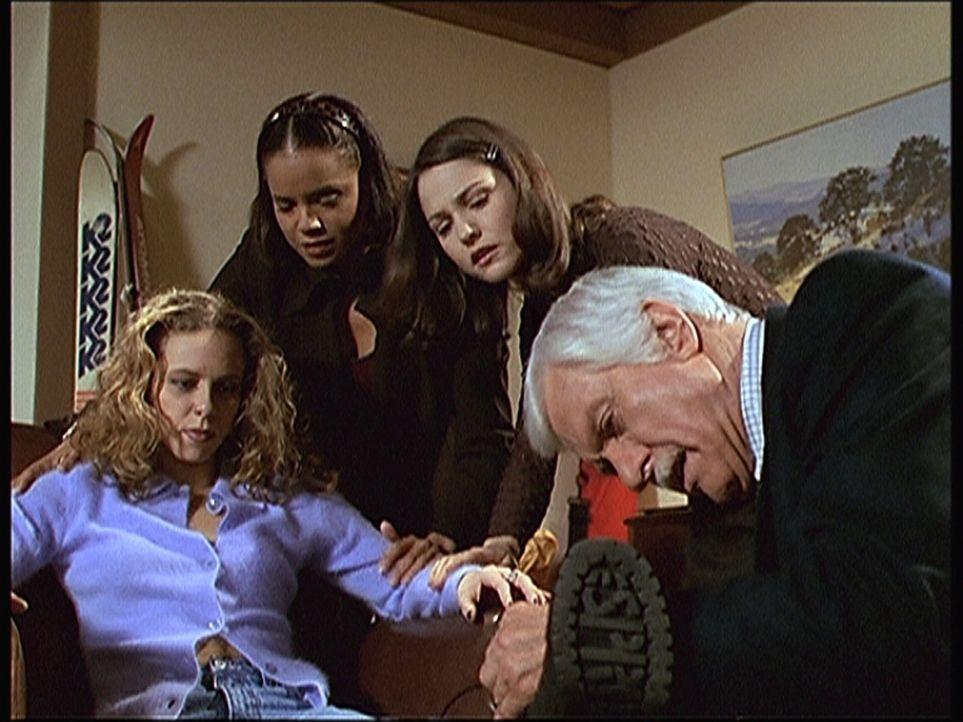 Dana (Andy Shreeman, l.), die Freundin von Amy (Ele Keats, 2.v.r.), hat sich bei einem Sturz den Knöchel verstaucht. Mark (Dick Van Dyke, r.) und Am... - Bildquelle: Viacom