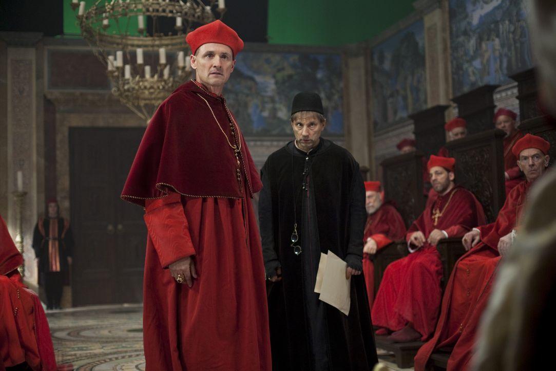 Kaum ist Rodrigo Borgia zum Papst gewählt worden, da bezichtigt Kardinal della Rovere (Colm Feore, l.) ihn auch schon der Simonie. Um ihn zum Still... - Bildquelle: LB Television Productions Limited/Borgias Productions Inc./Borg Films kft/ An Ireland/Canada/Hungary Co-Production. All Rights Reserved.