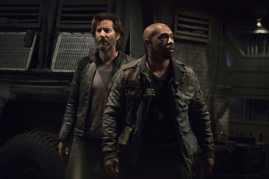 Pike (Michael Beach, r.) erkennt, dass Kane (Henry Ian Cusick, l.) nicht auf seiner Seite kämpft und stachelt seine Gefolgsleute an, allen und jedem... - Bildquelle: 2014 Warner Brothers