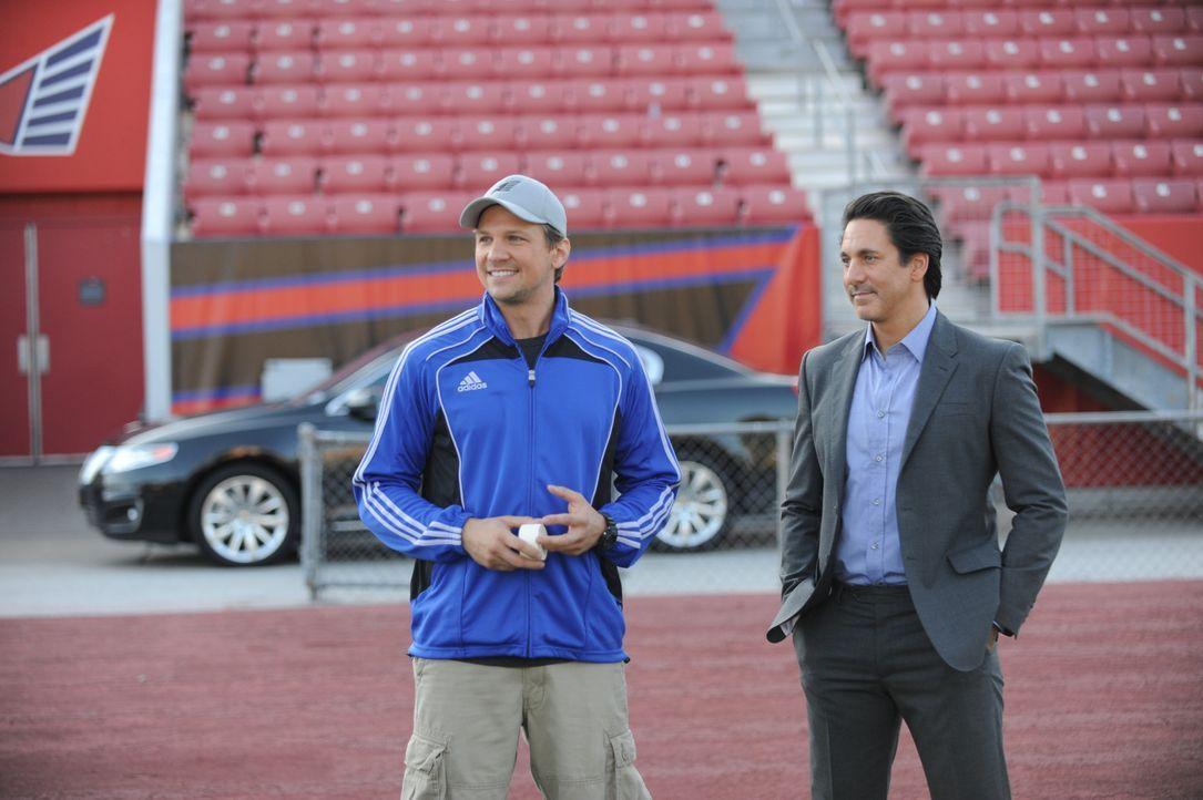 """Haben das Schicksal der """"New York Hawks"""" in der Hand: Footballcoach Matthew (Marc Blucas, l.) und Manager Nico (Scott Cohen, r.) ... - Bildquelle: 2011 Sony Pictures Television Inc. and Universal Network Television LLC.  All Rights Reserved."""