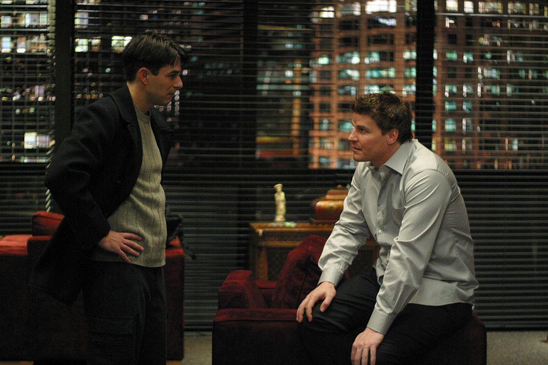 Lawson (Eyal Podell, l.) will sich an Angel (David Boreanaz, r.) rächen, denn der hat ihn nicht nur zum Vampir gemacht und ihm auch den Glauben an d... - Bildquelle: The WB Television Network