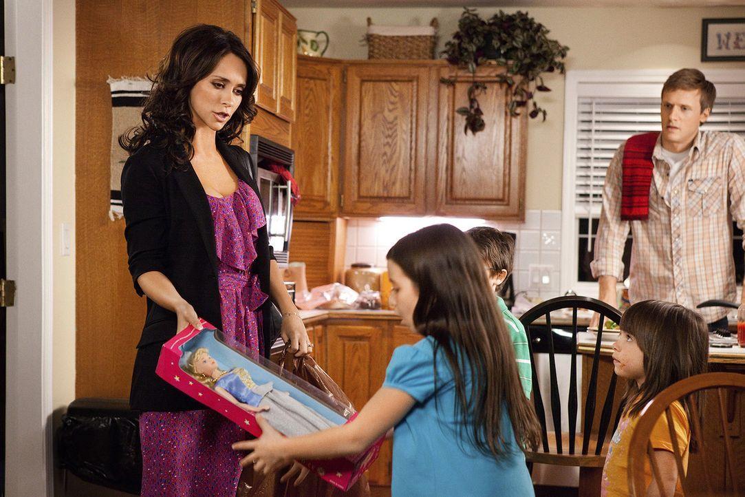 Dank ihres neuen Jobs kann Samantha (Jennifer Love Hewitt, l.) ihren Kindern plötzlich wieder teure Geschenke machen. Ahnt Rex (Teddy Sears, r.), we... - Bildquelle: Sony Pictures Television, Inc. All Rights Reserved.