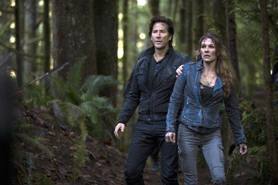 Während Kane (Henry Ian Cusick, l.), Abigail (Paige Turco, r.) und die anderen Überlebenden vom Ark auf der Erde mit Problemen zu kämpfen haben, wer... - Bildquelle: 2014 Warner Brothers