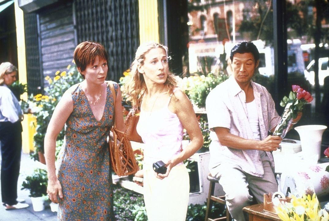 Während Miranda (Cynthia Nixon, l.) und Carrie (Sarah Jessica Parker, M.) durch Manhattan schlendern, entdeckt Miranda unerwartet Steve und rennt mi... - Bildquelle: 2001 Paramount Pictures
