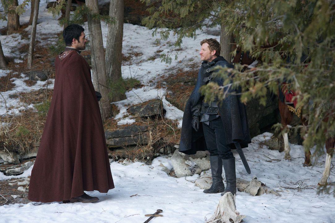 Condé (Sean Teale, l.) und seine Männer versuchen, Renaude (Vincent Nappo, r.) auf ihre Seite zu bekommen ... - Bildquelle: Sven Frenzel 2014 The CW Network, LLC. All rights reserved.