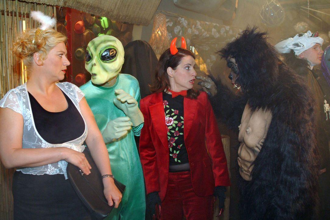 """Bei der """"Horrornacht"""" werden Agnes (Susanne Szell, l.) und Inka (Stefanie Höner, 2.v.r.) von einem Außerirdischen (Matthias Rott, l.) und King Kong... - Bildquelle: Monika Schürle SAT.1 / Monika Schürle"""
