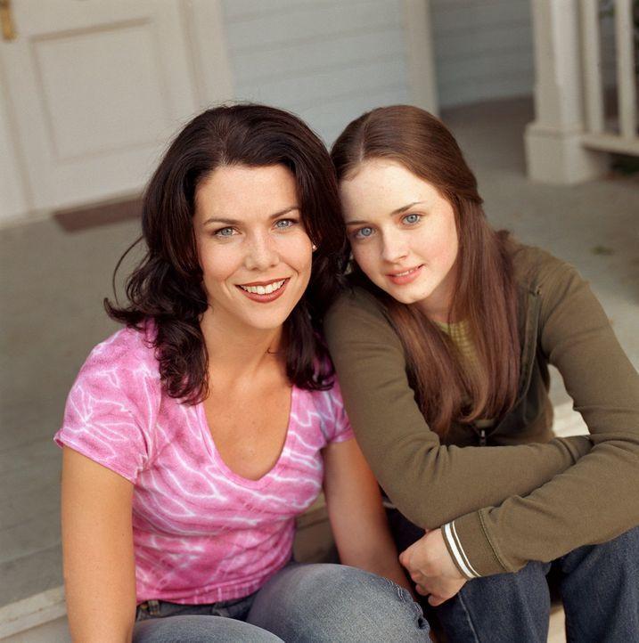 (2. Staffel) - Große und kleine Überraschungen warten auf Kaffeejunkie Lorelai (Lauren Graham, l.) und ihre Tochter Rory (Alexis Bledel, r.) ... - Bildquelle: 2001 Warner Bros. Entertainment, Inc.