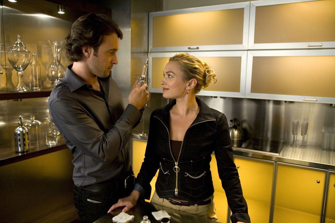 Die Arbeit geht vor: Trotz aller Hemmungen, die Mick (Alex O'Loughlin, l.) und Beth (Sophia Myles, r.) seit ihrem Kuss haben, entschließen sie sich,... - Bildquelle: Warner Brothers
