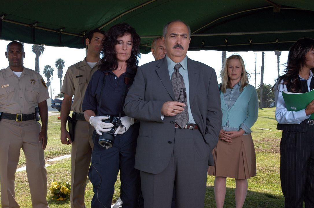 Aufgrund von Allisons (Patricia Arquette, 2.v.r.) Traum, lässt Staatsanwalt Devalos (Miguel Sandoval, 3.v.r.) die Leiche eines ermordeten Poliziste... - Bildquelle: Paramount Network Television