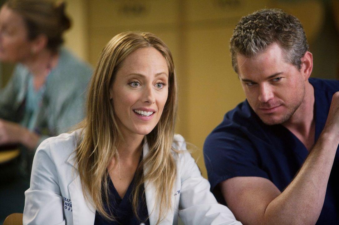 Dr. Teddy Altman (Kim Raver, l.) ist neu im Seattle Grace Hospital. Mark (Eric Dane, r.) nimmt die Ärztin unter die Lupe ... - Bildquelle: Touchstone Television