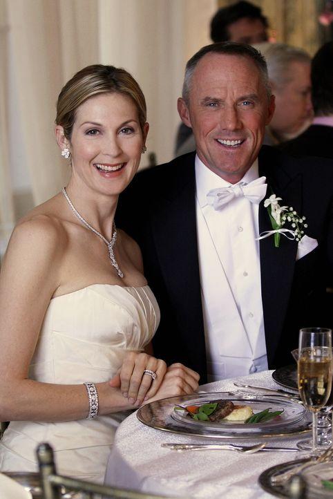 Glückliches Paar: Lily (Kelly Rutherford, l.) und Bart (Robert John Burke, r.) haben sich getraut - allerdings unter der Voraussetzung, dass Lily R... - Bildquelle: Warner Bros. Television