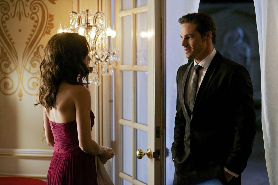 Cat (Kristin Kreuk, l.) traut ihren Augen kaum zu glauben, als Vincent (Jay Ryan, r.) plötzlich vor ihr steht ... - Bildquelle: 2012 The CW Network, LLC. All rights reserved.