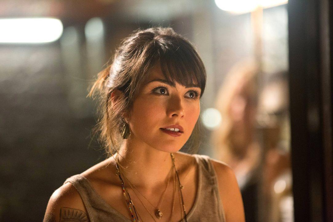 Wird Sophie (Daniella Pineda) Rebekah helfen? - Bildquelle: Warner Bros. Television