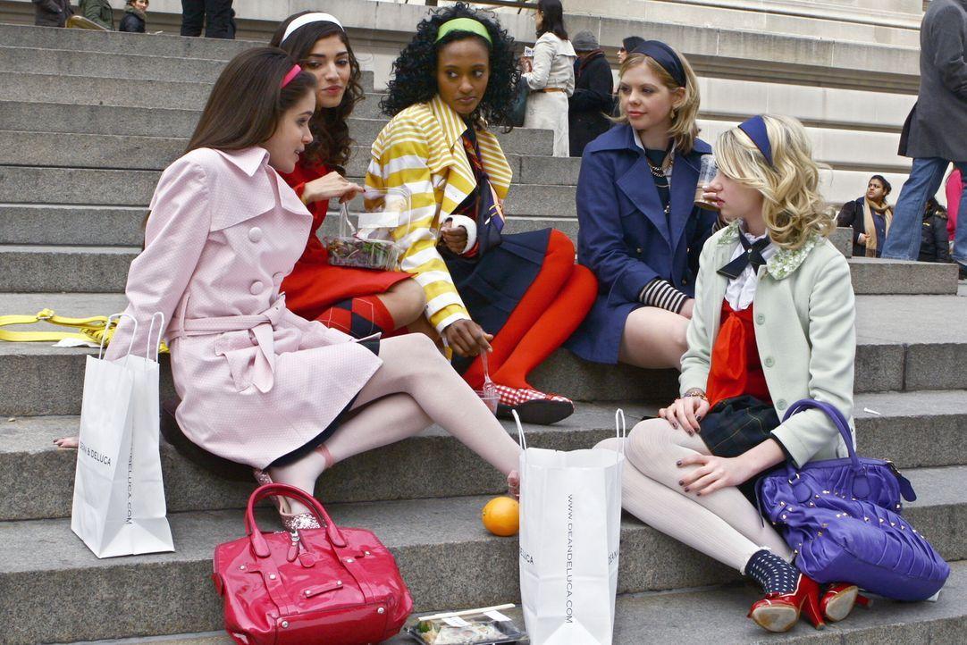 Gemeinsam mit ihren Freundinnen (v.l.n.r.: Emma Demar, Amanda Setton, Nicole Fiscella, Dreama Walker) plant Jenny (Taylor Momsen, r.) die Party zu i... - Bildquelle: Warner Bros. Television