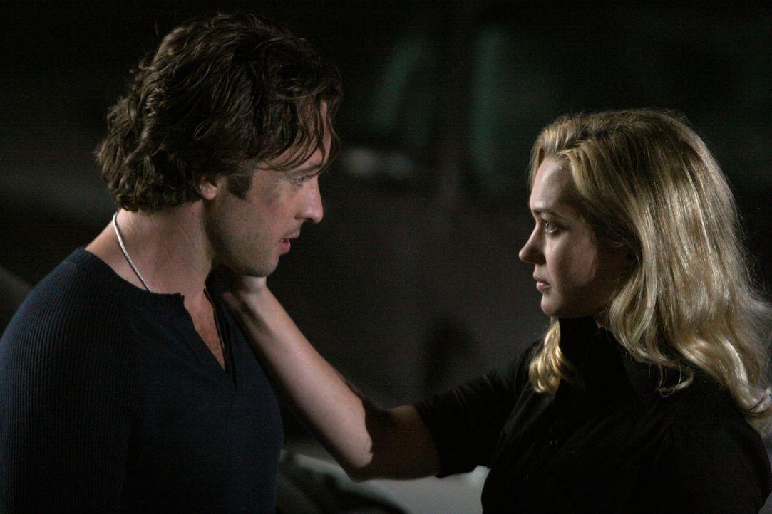 Beth (Sophia Myles, r.) freut sich so über Micks (Alex O'Loughlin, l.) Rettung, dass sie für einen Moment ihre Beherrschung verliert - was sie späte... - Bildquelle: Warner Brothers
