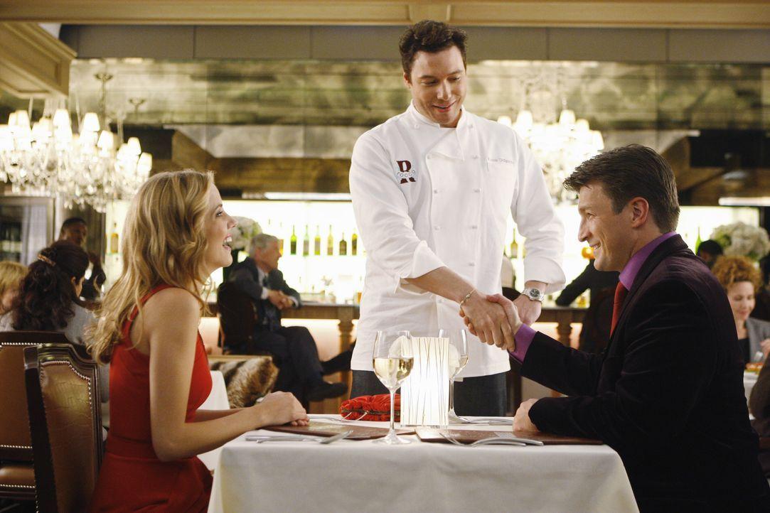 Richard Castle (Nathan Fillion, r.) begleitet die hübsche Madison Queller (Julie Gonzalo, l.) in das Lokal des angesagten Star-Kochs Rocco DiSpirito... - Bildquelle: ABC Studios