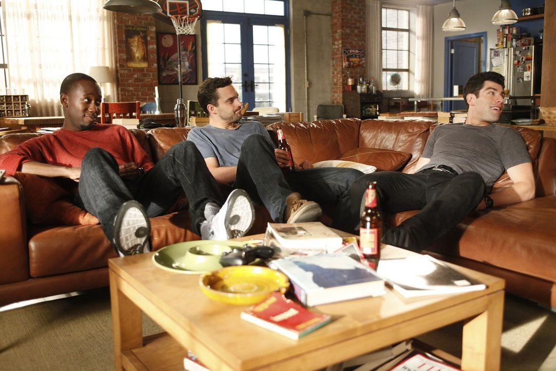 Versuchen alles, um das Zusammentreffen mit ihrem Vermieter Remy zu verhindern: Schmidt (Max Greenfield, r.), Nick (Jake M. Johnson, M.) und Winston... - Bildquelle: 20th Century Fox