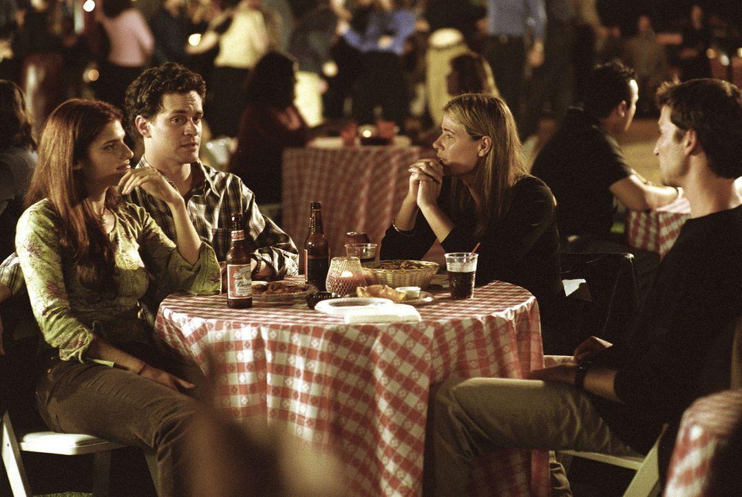 Abby (Maura Tierney, 2.v.r.) kann es nicht fassen, ihr Bruder Eric (Tom Everett Scott, 2.v.l.) erzählt vor Carter (Noah Wyle, r.) einige Schwänke... - Bildquelle: TM+  2000 WARNER BROS.