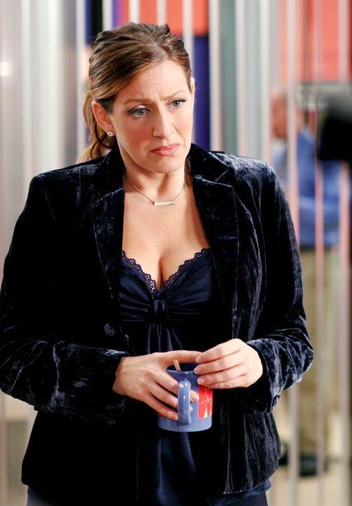 Lynette ist genervt, weil sich Nina (Joely Fisher) in der Agentur wie ein Tyrann aufführt ... - Bildquelle: 2005 Touchstone Television  All Rights Reserved
