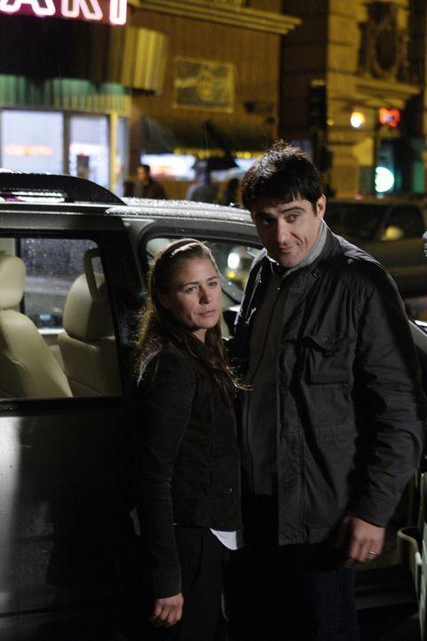 Abbys (Maura Tierney, l.) letzte Schicht hat begonnen. Sie wird mit Kovac (Goran Visnjic, r.) und ihrem Sohn in eine andere Stadt ziehen, um dort ei... - Bildquelle: Warner Bros. Television