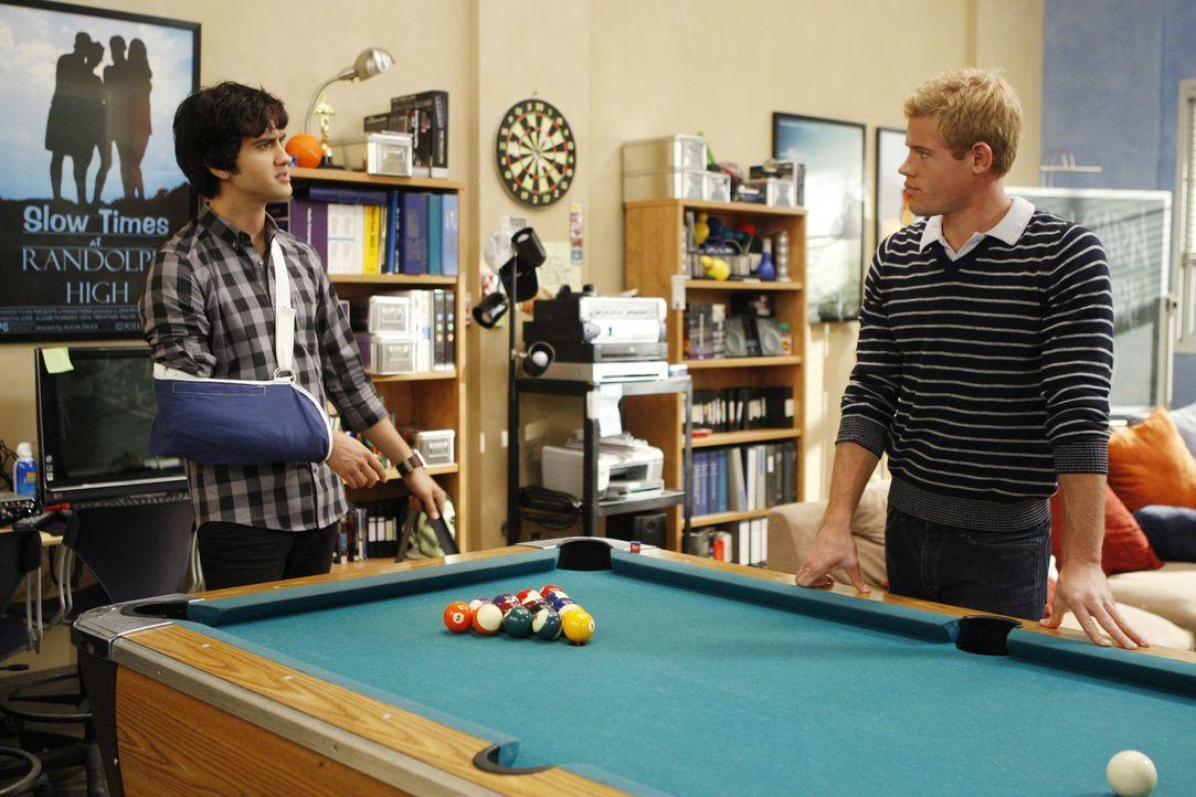 Wie kann Navid (Michael Steger, l.) nur beweisen, dass Jasper ihn geschubst hat? Auch Teddy (Trevor Donovan, r.) kann ihm nicht weiterhelfen... - Bildquelle: TM &   CBS Studios Inc. All Rights Reserved