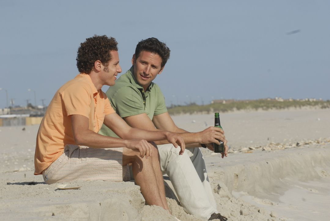 Kann Evan R. Lawson (Paulo Costanzo, l.) seinen Bruder Dr. Hank Lawson (Mark Feuerstein, r.) dazu überreden, auf Long Island zu bleiben? - Bildquelle: Universal Studios
