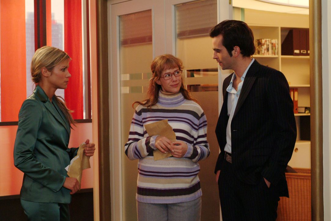 Lisa (Alexandra Neldel, M.) ist fassungslos vor Glück, als David (Mathis Künzler, r.) sie vor Sabrina (Nina-Friederike Gnädig, l.) in Schutz nimm... - Bildquelle: Sat.1