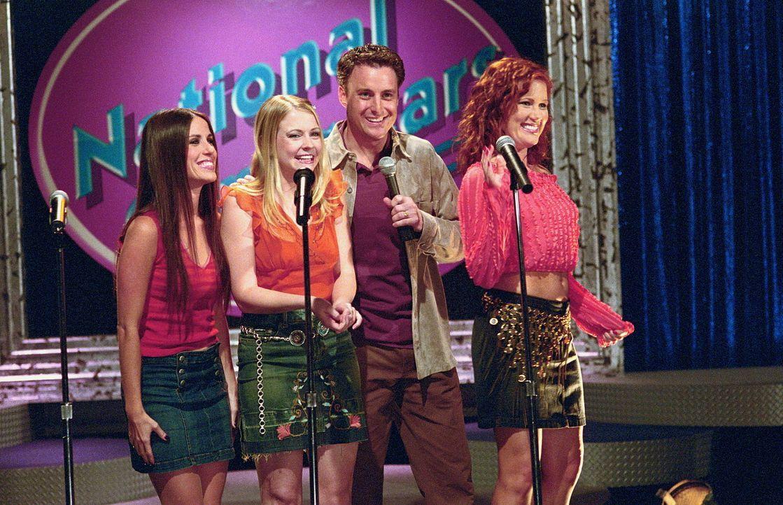 Moderator Colin (Chris Harrison, 2.v.r.) und Sabrina (Melissa Joan Hart, 2.v.l.) freuen sich über die Finalteilnahme von Roxie (Soleil Moon Frye, l... - Bildquelle: Paramount Pictures