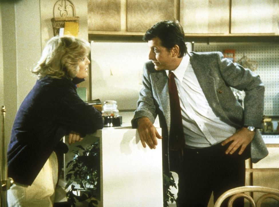 Cagney (Sharon Gless, l.) hat Probleme mit ihrem Kollegen Dory McKenna (Barry Primus), mit dem sie seit einiger Zeit liiert ist. - Bildquelle: ORION PICTURES CORPORATION. ALL RIGHTS RESERVED.