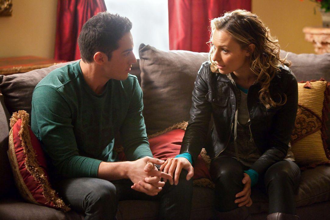 Versucht Tyler (Michael Trevino, l.) zu überreden sein altes Leben hinter sich zu lassen und zusammen mit ihr die Stadt zu verlassen, da Werwölfe zu... - Bildquelle: Warner Brothers