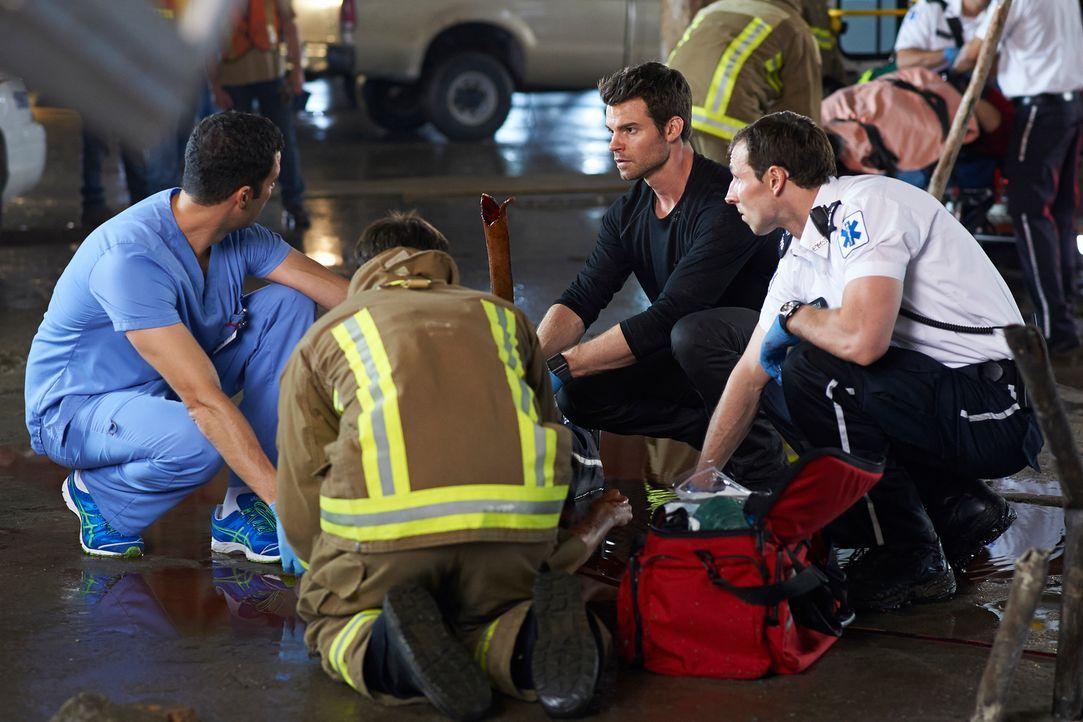 Können Joel (Daniel Gillies, 2.v.r.) und Zachary (Benjamin Ayres, l.) das Leben Alex' Bruder noch retten? - Bildquelle: 2012  Hope Zee One Inc.