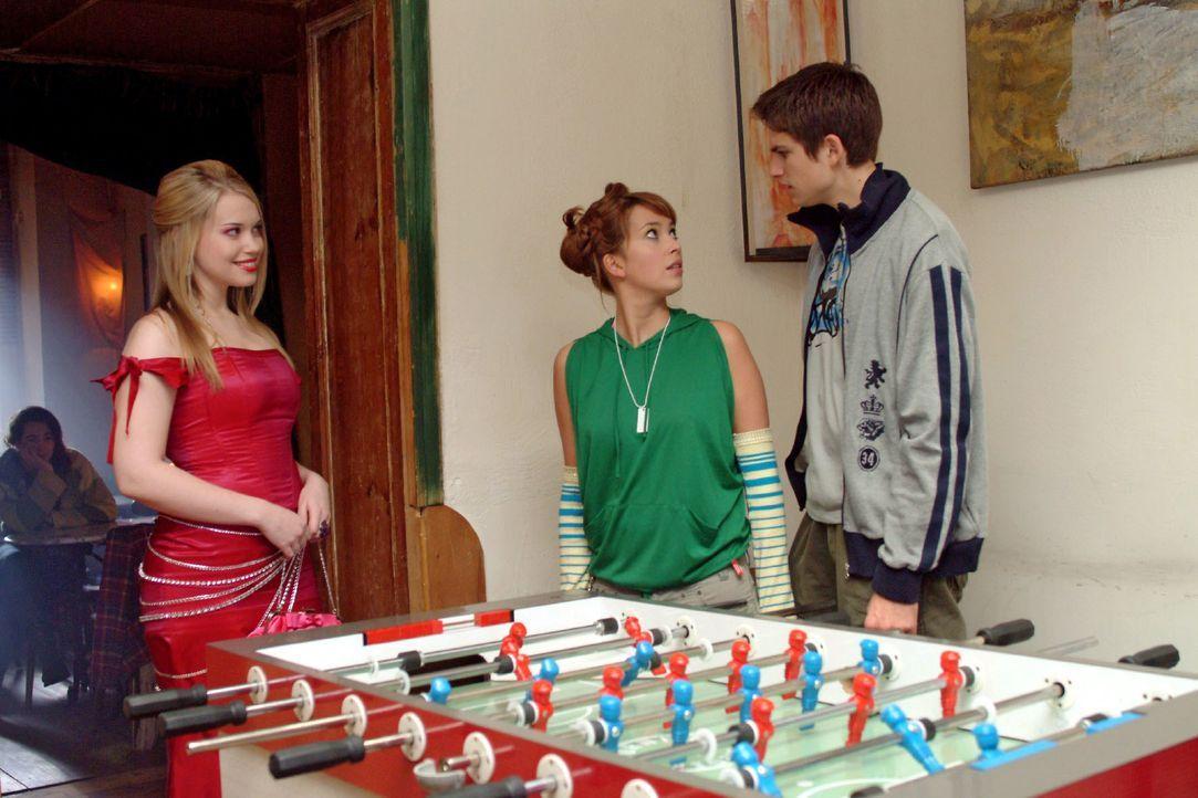 Was für ein Anblick: Hannah (Laura Osswald, M.) und Timo (Matthias Dietrich, r.) sind entgeistert - und peinlich berührt -, als die aufgetakelte Kim... - Bildquelle: Monika Schürle SAT.1 / Monika Schürle